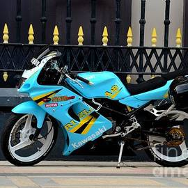 Imran Ahmed - Blue yellow sporty motorcycle parked on pavement