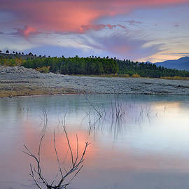 Guido Montanes Castillo - Pink sunset at the lake