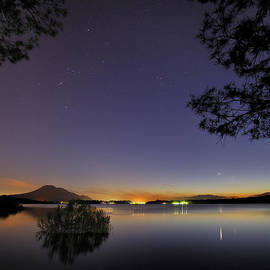 Guido Montanes Castillo - Planetary conjunction reflections at the lake Mercury and Venus