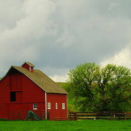 Jeff  Swan - A NEAT RED BARN NEAR SHERIDAN WYOMING