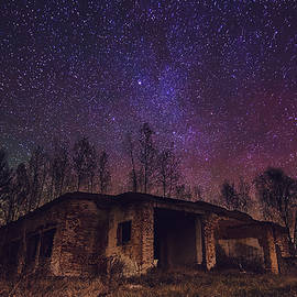 Roksana Bashyrova - Abandoned building with star sky