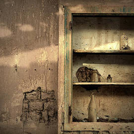 RicardMN Photography - Abandoned kitchen cabinet