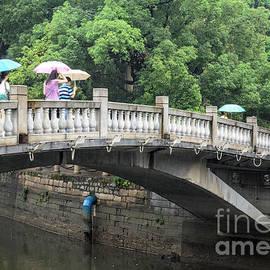 David Hill - Arched Chinese bridge with umbrellas - Shamian Island - Guangzhou - Canton - China