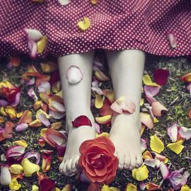Joana Kruse - bedded in petals