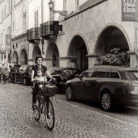 Jennie Breeze - Bicycling in Busseto.Italy
