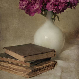 Jaroslaw Blaminsky - Bouquet of peonies and old books