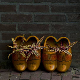 Jaroslaw Blaminsky - Brown ceramic dutch shoes