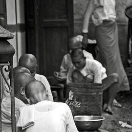 RicardMN Photography - Buddhist nuns in a Monastery