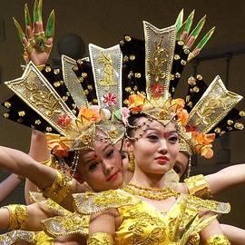 Lingfai Leung - Chinese Dancers Perform Thousand Hands Guan Yin