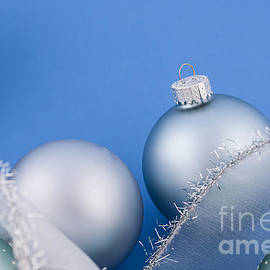 Elena Elisseeva - Christmas baubles on blue