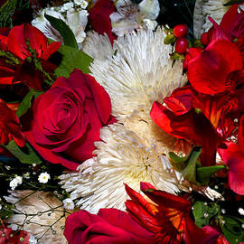 Michele  Avanti - Christmas Bouquet Roses n Mums