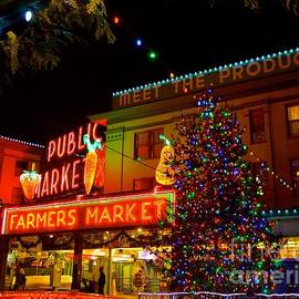 Lisa  Telquist - Christmas Time At Pikes Place Market