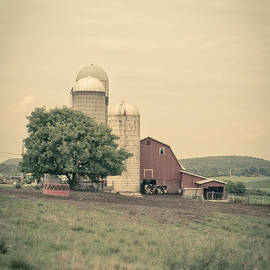 Edward Fielding - Classic farm with red barn and silos