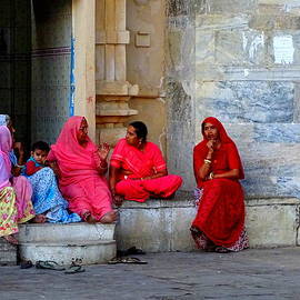 Sue Jacobi Photography - Colorful Rajasthani Women in Udaipur Temple India