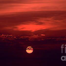Geoff Childs - Crimson Sunrise Art photo download wallpaper and screensaver.