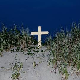 Cynthia Guinn - Cross On The Beach