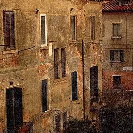 Suzanne Powers - Early Morning Light On An Old Venice Building