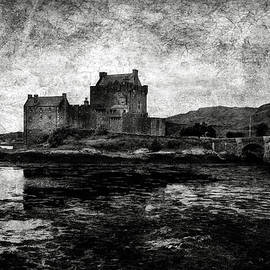 RicardMN Photography - Eilean Donan castle in Scotland BW