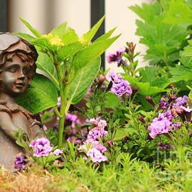 Amanda Mohler - Flower-bed mit an angel statue