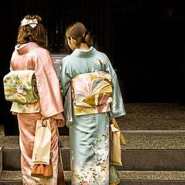 David Hill - Golden glow - Japanese women wearing beautiful kimono