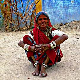 Sue Jacobi - Just Sitting 1g - Woman Portrait - Village India Rajasthan