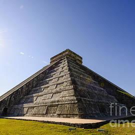 Oscar Gutierrez - Kukulkan Pyramid in Chichen Itza Mexico