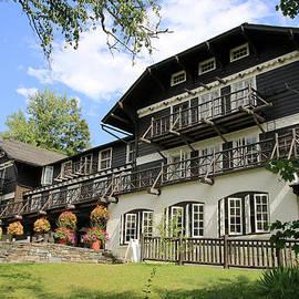 Nina Prommer - Lake McDonald Lodge