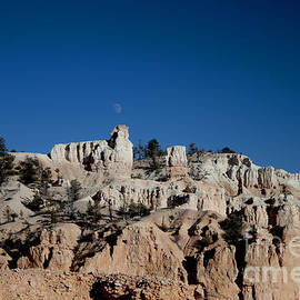 Ivete Basso Photography - Moon on the Bryce Canyon
