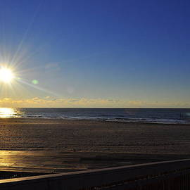 Edward Lynch - Morning at the beach