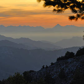 Guido Montanes Castillo - Mountains at sunset