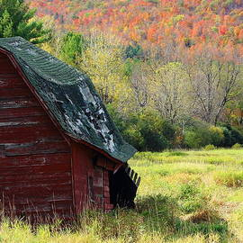 Stephen Hobbs - Old Barn During Autumn Colors