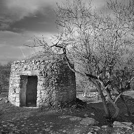 Guido Montanes Castillo - Old stone cottage