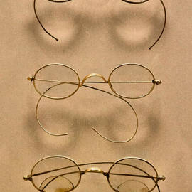 Mike Savad - Optometrist - Simple gold frames