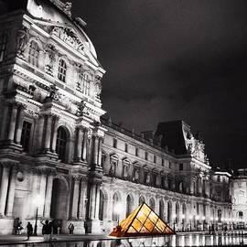 Luisa Azzolini - #paris #france #louvre #bw #architecture