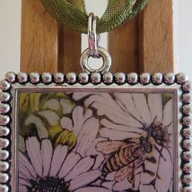 Kimberlee  Baxter - Honeybee Cruzing the Daisies in a Necklace