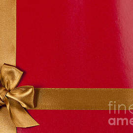 Elena Elisseeva - Red gift background with gold ribbon
