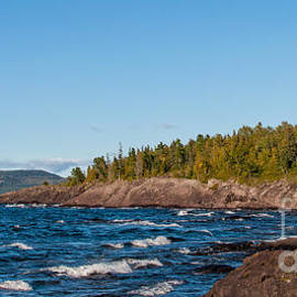 Les Palenik - Rugged Lake Superior coastline