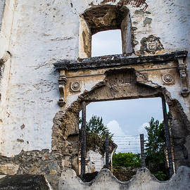 Shelby  Young - Ruins in Antigua Guatemala