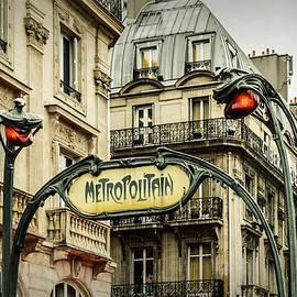 Marco Oliveira - Saint-Michel Metro Station