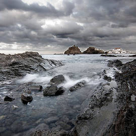 Pedro Cardona - Storm is coming to island of Menorca from north coast and mediterranean seems ready to show power
