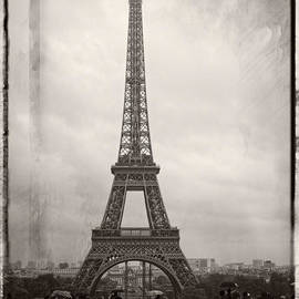 Lucinda Walter - Tourists at the Eiffel Tower