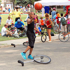 Mike Savad - Unicyclist - Basketball - Street rules