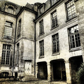Evie Carrier - Vintage Paris Courtyard