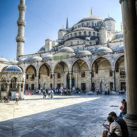 Ross Henton - Visitors at the Blue Mosque