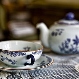 Leif Sohlman - Waiting for #tea #white #cup with #blue decor.