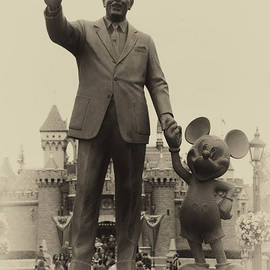 Thomas Woolworth - Walt And Mickey Statue Disneyland Heirloom