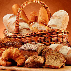 T Monticello - Wicker basket with variety of baking products