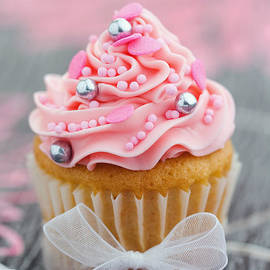 Ruth Black - Pink cupcake