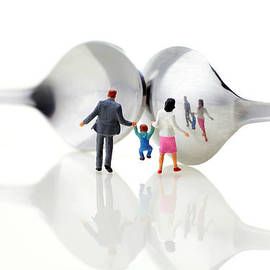 Paul Ge - Family in front of spoon distoring mirrors II