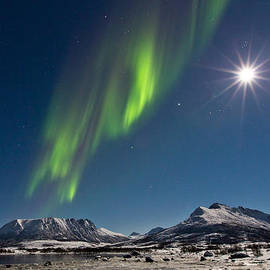 Frank Olsen - Moon with Auroras